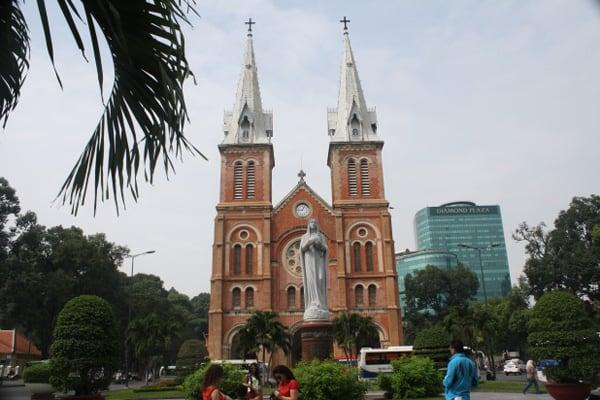 034 HCMC franse kathedraal naast postkantoor