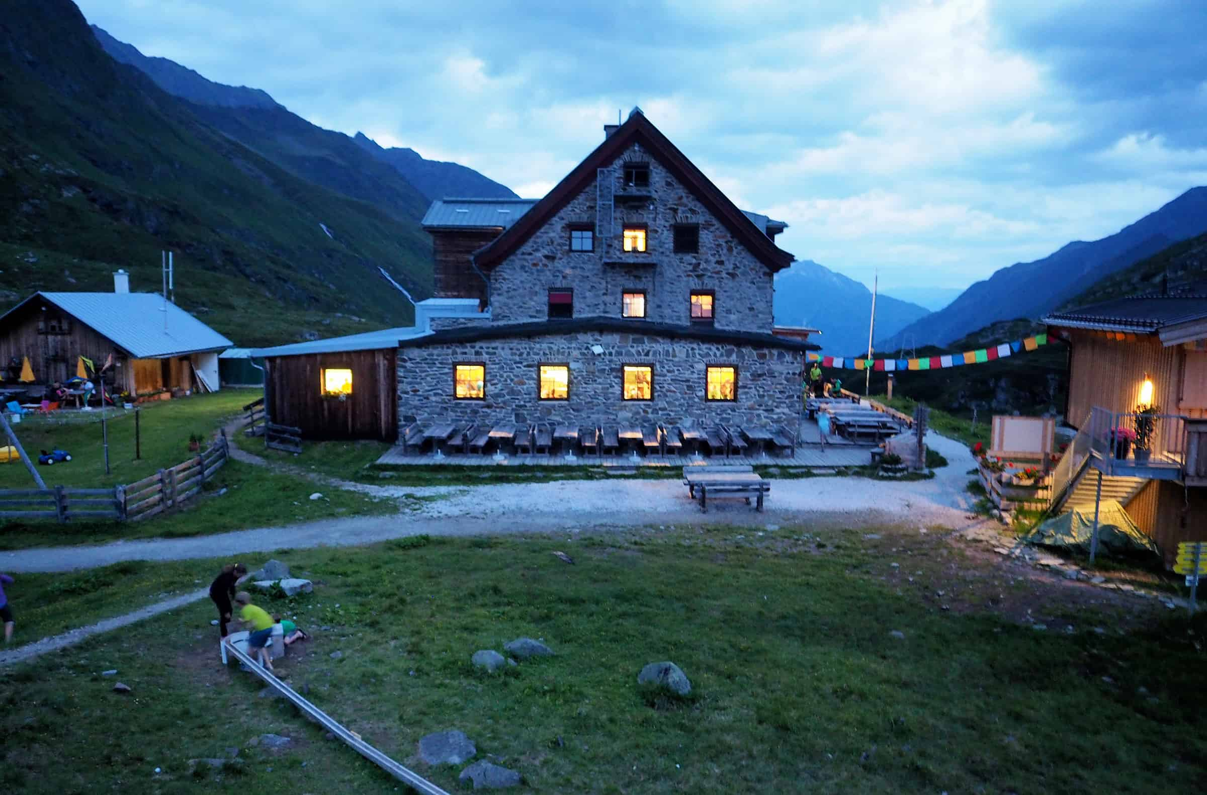 De hut in de avond