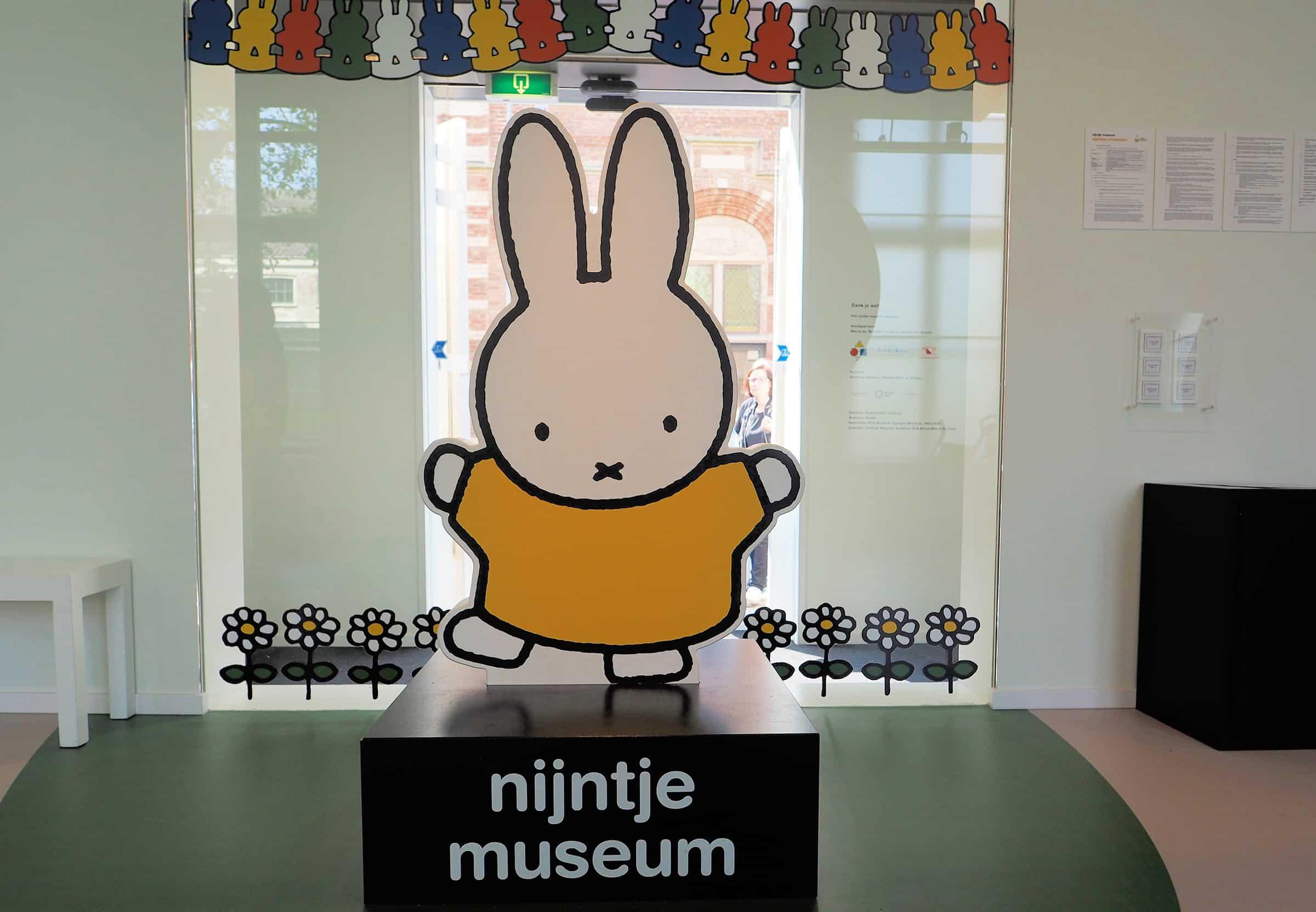 De ingang van het museum