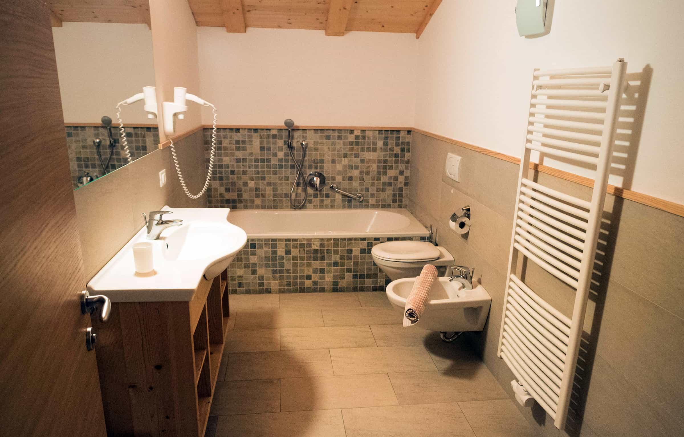 Grote badkamer met bad