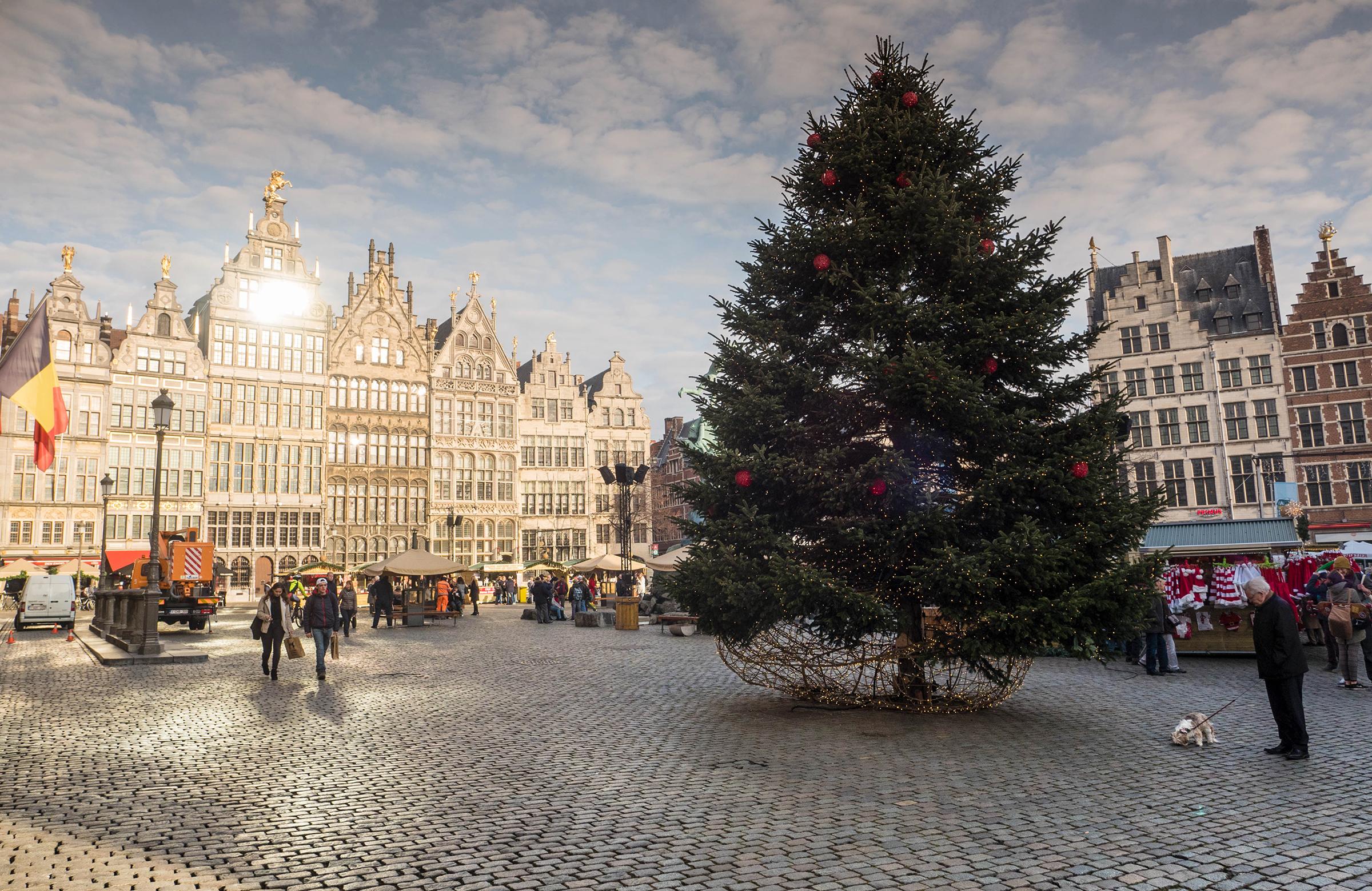 De kerstmarkt van Antwerpen overdag