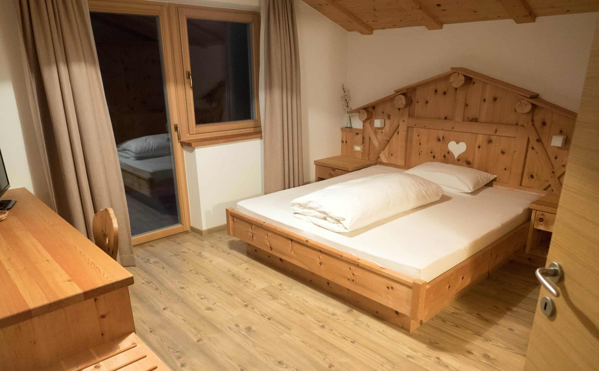 Slaapkamer 1 met groot bed en eigen badkamer