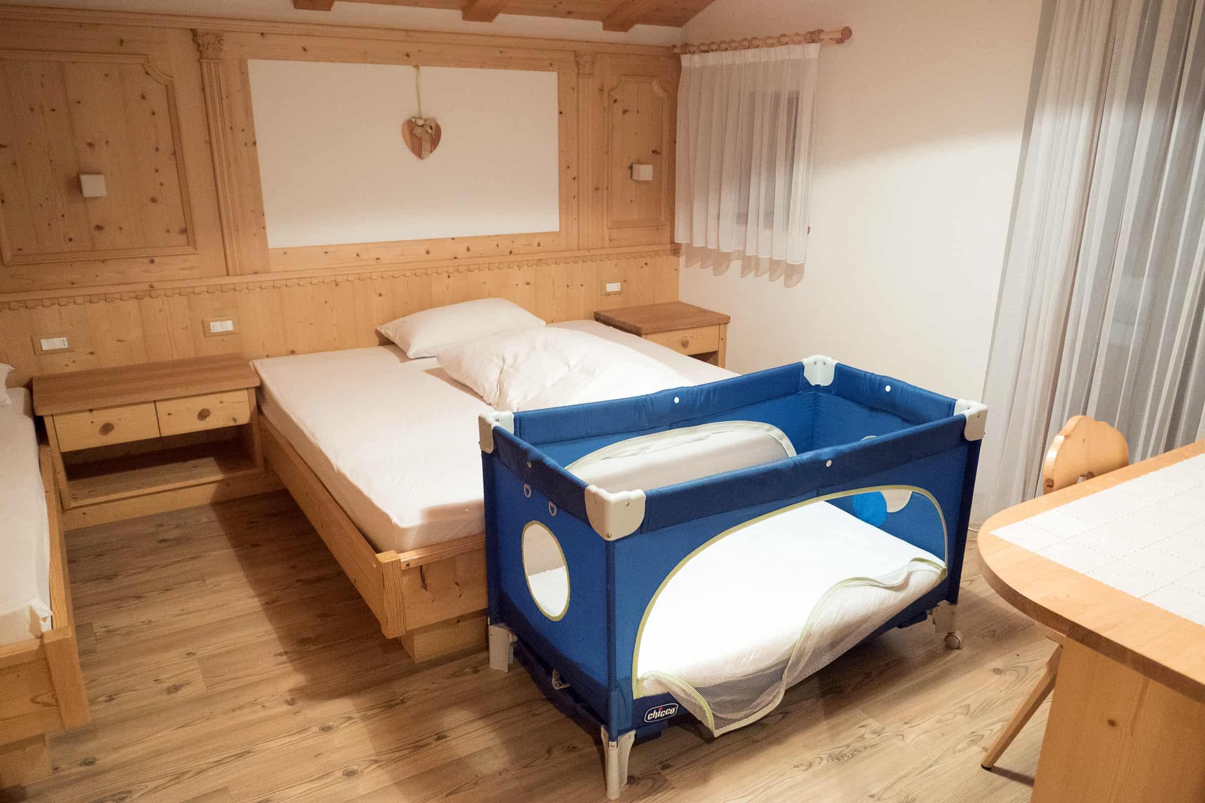 Slaapkamer 2 met 2 bedden en babybedje