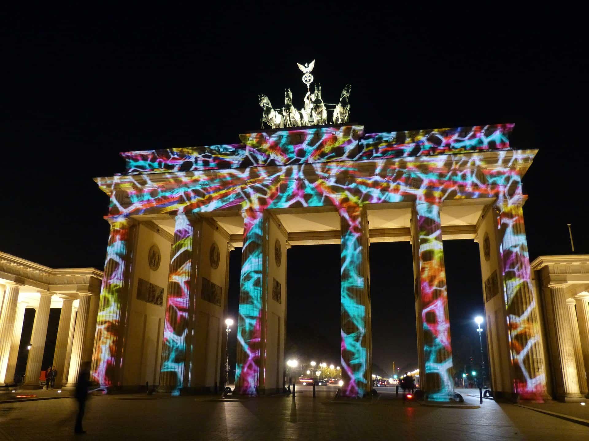 Moderne verlichting op historisch bouwwerk