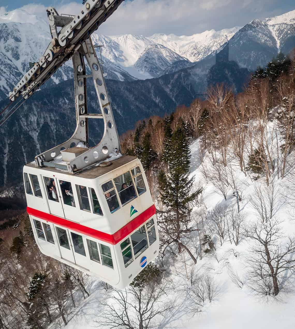 Dubbeldekker-kabelbaan naar Nishihotakaguchi Station