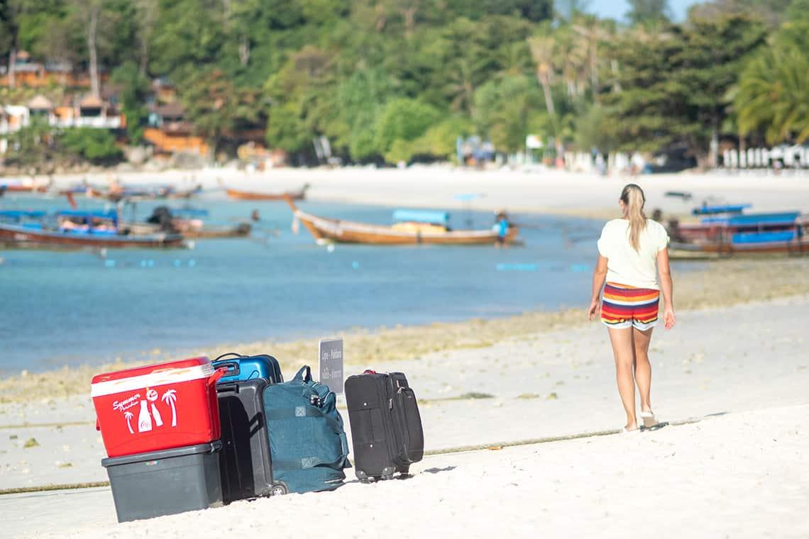 Reisbagage op een strand in Thailand
